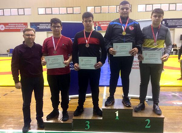 Balıkesir'de düzenlenen Okullar Arası Yıldızlar Güreş Grup Müsabakaları'nda Özel Marmara Evleri İhlas Ortaokulu öğrencisi Muhammed Emin Çelik 85-100 kg. kategorisinde üçüncü oldu.